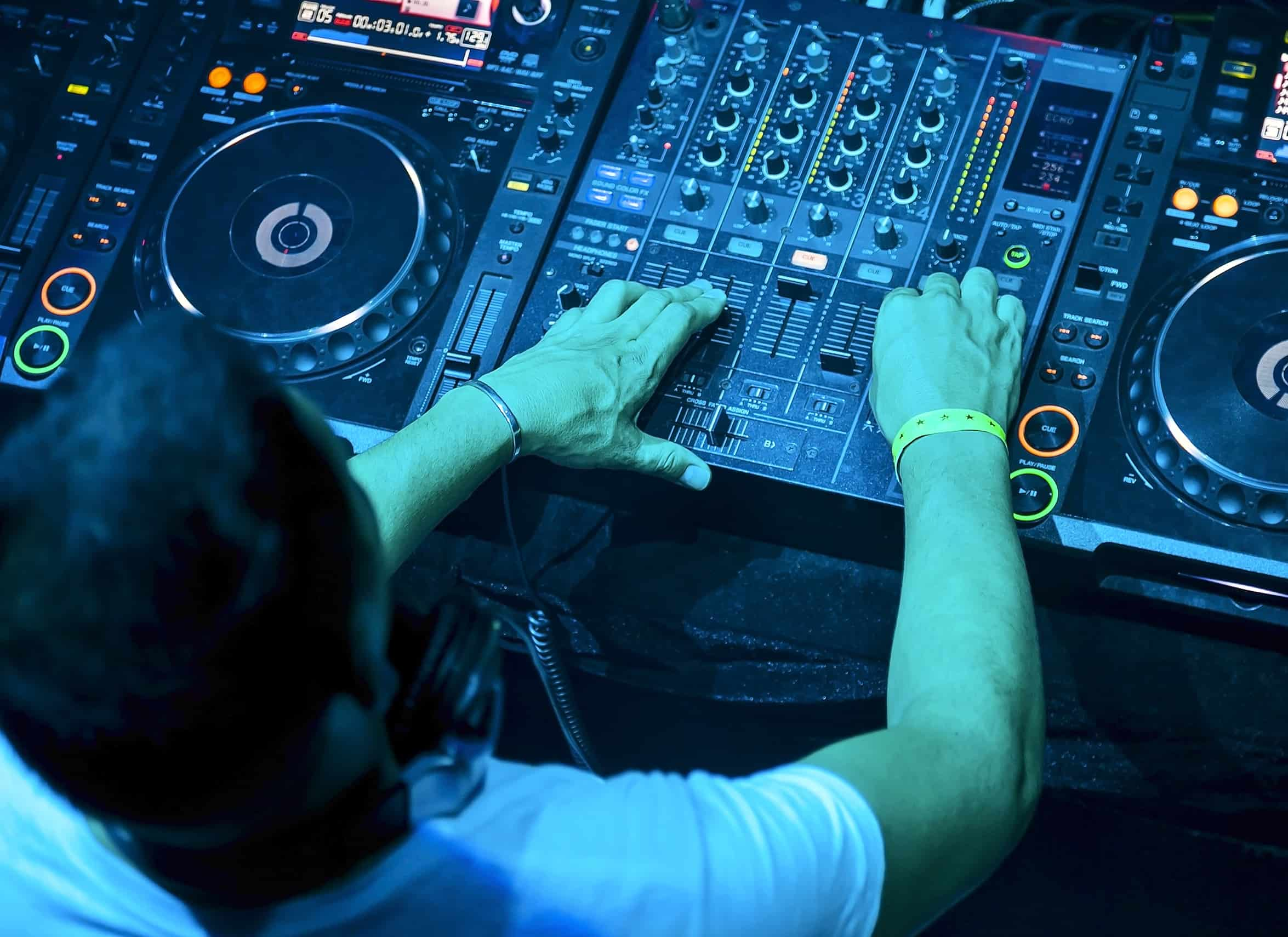 You are currently viewing Free DJ Lessons: How to use a DJ Mixer