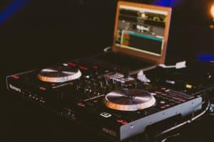 Read more about the article Free DJ Lessons: How to use CDJs