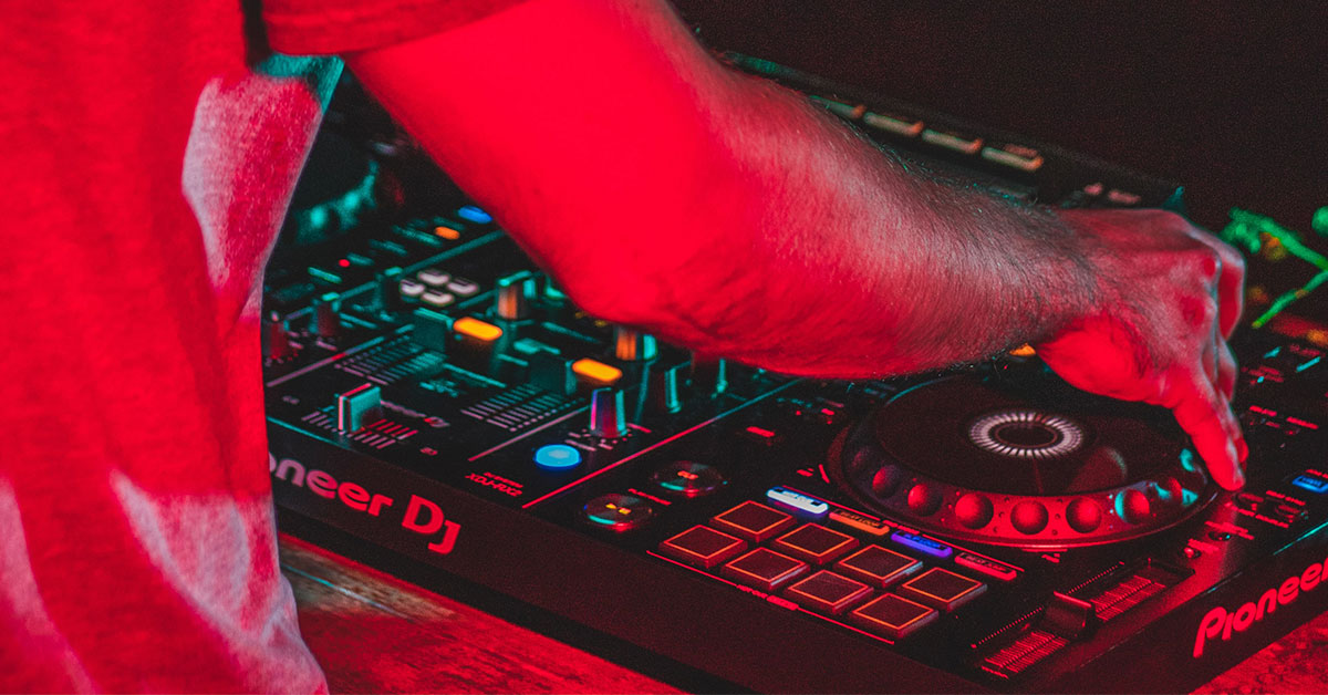 You are currently viewing Best DJ Controller Without Laptop – Pioneer XDJ-RX2 Review